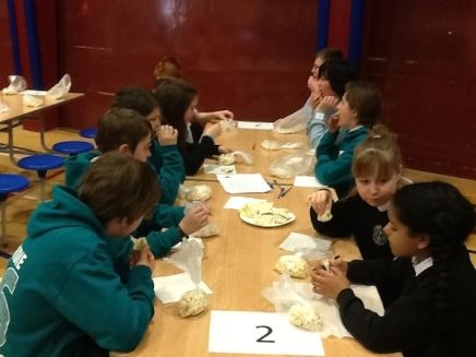 Pupils eating the healthy picnic